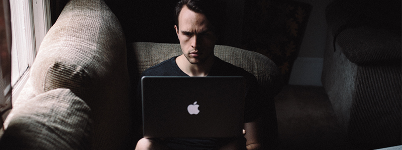 Man using macbook - Online audience