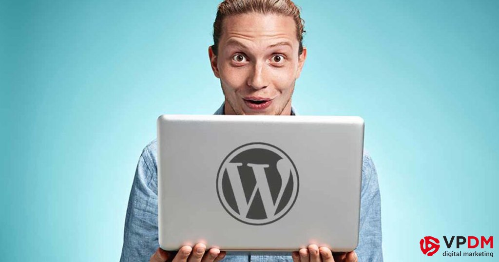 Man with WordPress logo on laptop. Tips to improve readability in blogs.